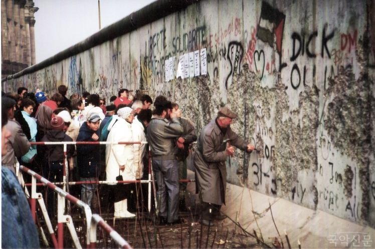 Zerst�rung der Mauer durch die Bewohner West-Berlins nahe des Reichstagsgeb�udes_0.jpg