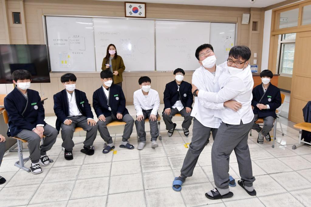 (경북예천 대창중) 한복교복을 입고 연극수업에 참여.JPG