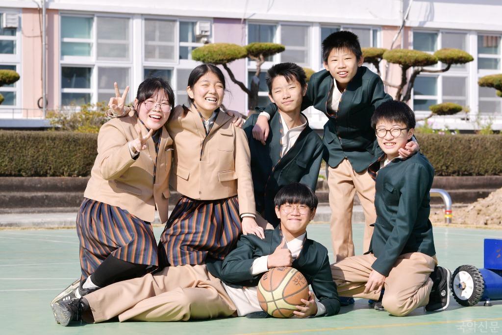 (전남 강진 작천중) 한복교복을 입고 농구코트에 모인 학생들.JPG