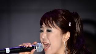 가수 지현의   '아름다운   강산   홈런  예감